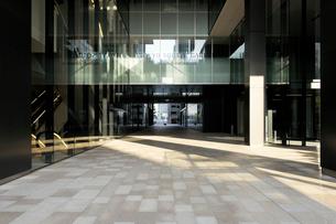 高層ビルの石畳の通路の写真素材 [FYI02311094]