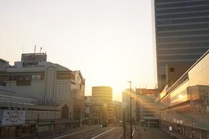 朝日に輝く新宿駅南口の写真素材 [FYI02311119]
