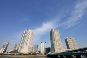 晴海通りの春海橋と豊洲の高層ビル群の写真素材 [FYI02311137]