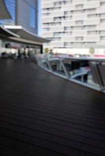 ラゾーナ川崎プラザのウッドデッキの写真素材 [FYI02311140]