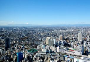 サンシャイン60展望台から富士山とJR池袋駅方向を見るの写真素材 [FYI02311153]