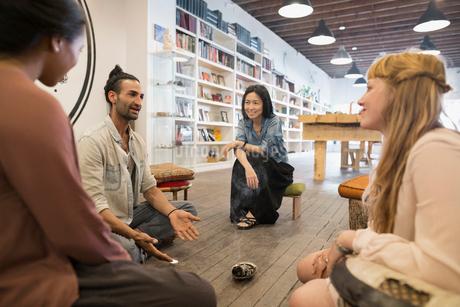 Man teaching meditation class in new age shopの写真素材 [FYI02311172]