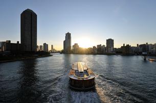 水上バスと隅田川の夕日の写真素材 [FYI02311184]