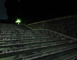 深夜の石畳の坂道の写真素材 [FYI02311257]