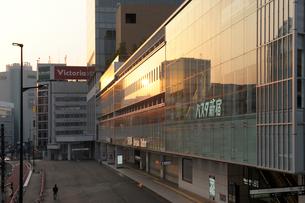 朝日に輝くバスタ新宿のガラス窓の写真素材 [FYI02311264]