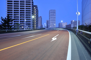 夜明けの港南大橋と高層タワーマンションの写真素材 [FYI02311285]