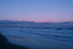 九十九里浜の白波と夕焼け雲の写真素材 [FYI02311287]