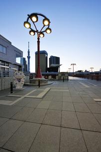 吾妻橋西詰の広場の写真素材 [FYI02311295]