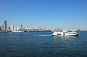 海上から見る観光船と豪華客船と高層ビル群の写真素材 [FYI02311317]
