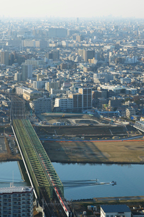 成田エクスプレスと工事中のスーパー堤防の写真素材 [FYI02311349]