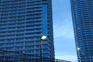 夜明けの高層タワーマンションの写真素材 [FYI02311351]