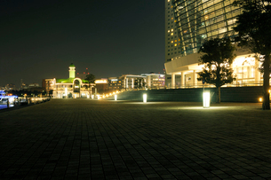 パシフィコ横浜国立大ホールの灯りとぷかり桟橋の写真素材 [FYI02311413]