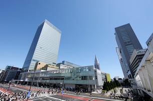 JR新宿駅南口と甲州街道の写真素材 [FYI02311414]