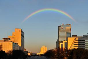 虹と夕日に染まる有明のビル群の写真素材 [FYI02311438]