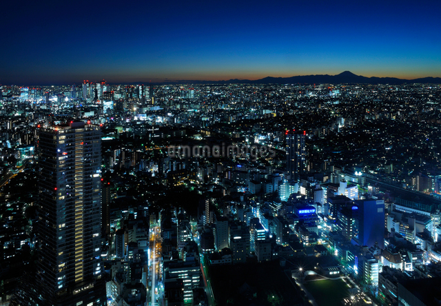 サンシャイン60展望台スカイサーカスから見る富士山方向の眺めの写真素材 [FYI02311458]