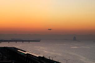 夜明けの多摩川河口と旅客機の写真素材 [FYI02311465]