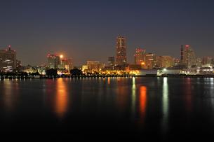 深夜の横浜港と赤い満月の写真素材 [FYI02311497]