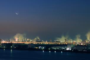 三日月と深夜の京浜工業地帯の写真素材 [FYI02311503]