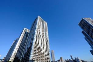 快晴の空にそびえる高層タワーマンション群の写真素材 [FYI02311504]