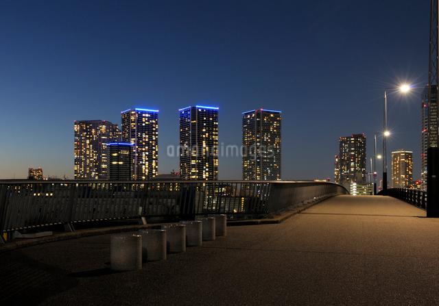 夕暮れの晴海大橋の歩道と高層ビル群の写真素材 [FYI02311510]