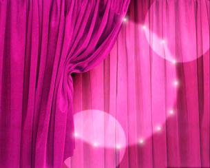 ピンクの緞帳に当てられたスポットライトのイラスト素材 [FYI02311569]