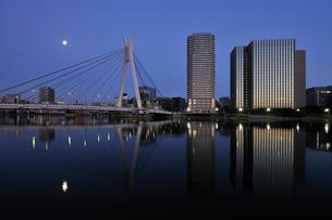満月と隅田川の夜明けの写真素材 [FYI02311599]