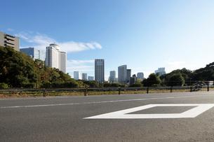 路面標示と都心の高層ビル群の写真素材 [FYI02311612]