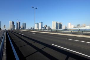 豊洲大橋の車道と高層タワーマンション群の写真素材 [FYI02311699]