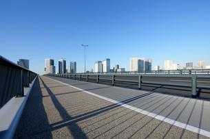 豊洲大橋の歩道と高層タワーマンション群の写真素材 [FYI02311700]