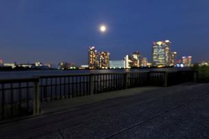 満月と豊洲の高層ビル群の写真素材 [FYI02311718]