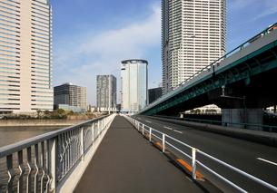 晴海通りの春海橋と豊洲の高層ビル群の写真素材 [FYI02311719]
