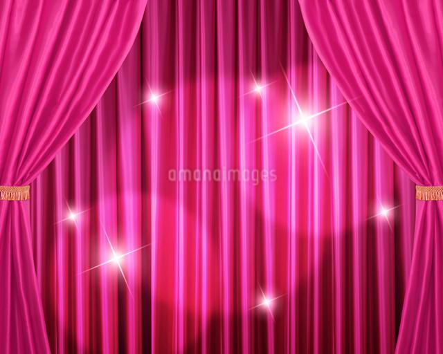 ピンクの緞帳に当てられたライトのイラスト素材 [FYI02311728]