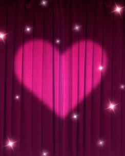 ピンクの緞帳に当てられたハートのライトのイラスト素材 [FYI02311757]