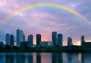 鵜の木緑地から見る夕焼けの武蔵小杉の高層ビル群と虹の写真素材 [FYI02311928]