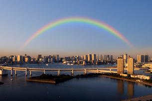 フジテレビ展望室から見る虹と夕日に輝くお台場の写真素材 [FYI02311938]