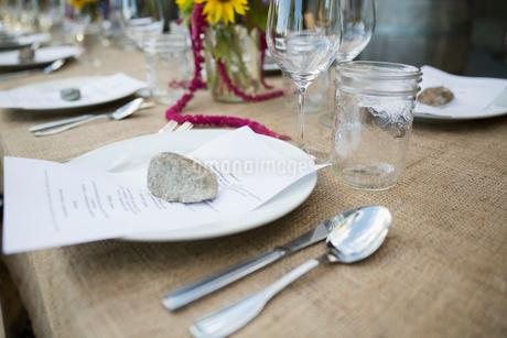 Menus under rocks on table at harvest dinner placesettingの写真素材 [FYI02312059]