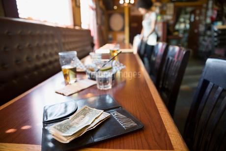 Cash tip on table in barの写真素材 [FYI02312098]