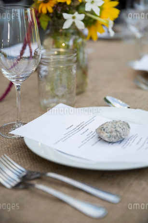Menu under rock on table at harvest dinner placesettingの写真素材 [FYI02312101]