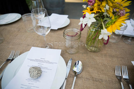 Menu under rock on table at harvest dinner placesettingの写真素材 [FYI02312139]