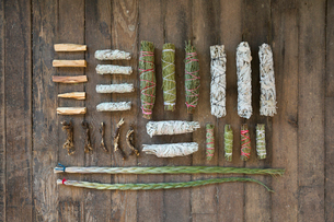 Overhead view smudge sticks and patio santo on wooden floorの写真素材 [FYI02312392]