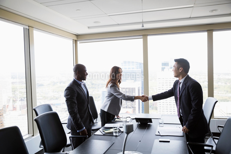 Business people handshaking in urban conference room meetingの写真素材 [FYI02312550]