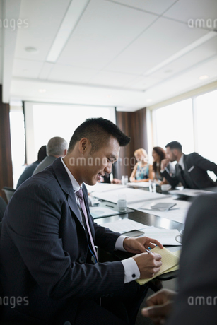 Male architect taking notes in conference room meetingの写真素材 [FYI02312604]