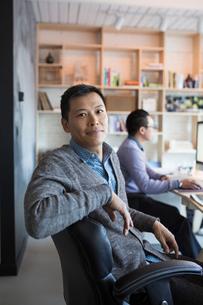 Portrait confident businessman working in officeの写真素材 [FYI02313658]