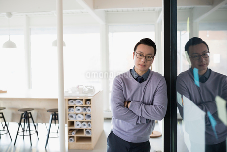 Portrait confident male architect in officeの写真素材 [FYI02313831]
