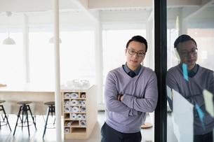 Portrait confident male architect in officeの写真素材 [FYI02313831]