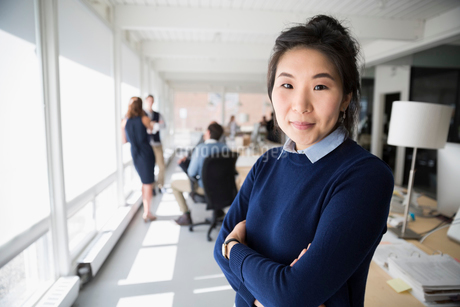 Portrait confident businesswoman in officeの写真素材 [FYI02313847]