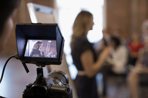 Digital viewfinder videoing of businesswoman leading conference meetingの写真素材 [FYI02314561]