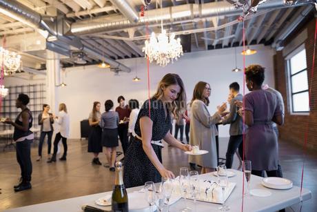 Businesswoman taking cake at milestone celebrationの写真素材 [FYI02314808]