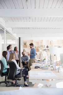 Architects meeting in open plan officeの写真素材 [FYI02315084]