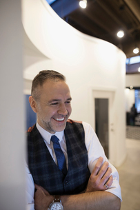 Smiling businessman in office corridorの写真素材 [FYI02315105]
